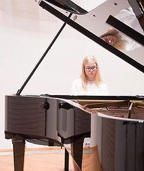 Pianonsoiton oppilas soittaa flyygelia Keravan musiikkiopistossa
