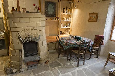 coin repas autour d'un poêle maçoné artisanal