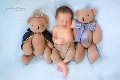 Bebê recém nascido e ursinho