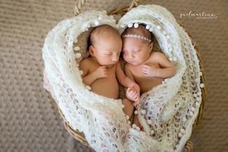 Bebês gêmeos de mãos dadas