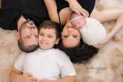 Família. Pai, mãe, irmãozinho e bebê recém nascido. Newborn.
