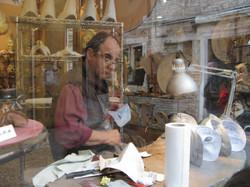 יצרן מסכות מסורתיות בעבודת יד