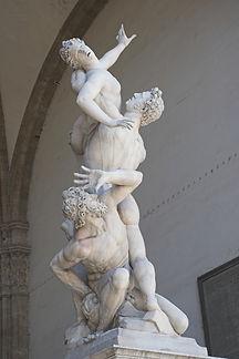 פסלו של ג'אמבולוניה המוצב בפיאצה לה סיניורייה בפירנצה,על האגדה המיתולוגית של חטיפת הנשים הסביניות