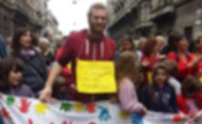 עמית צועד ביום השחרור.jpg