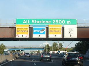 שילוט באוטוסטרדה באיטליה לקראת עמדת תשלום