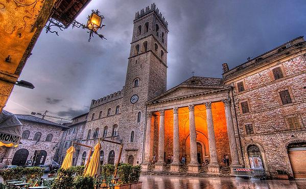 Piazza-del-Comune-Assisi-1.jpg