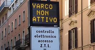 שלט בכניסה לעיר ZTL המורה על אזור פתוח