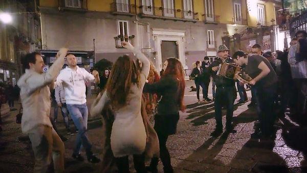 ריקודי וניגוני רחוב בנאפולי