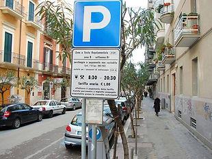 שלט לחניה באיטליה המורה על שעות החניה והמחיר