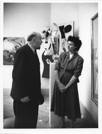 פגי גוגנהיים והצייר ארטורו טוזי ביאנלה 1948