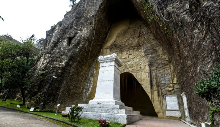 קברו של גַ'יאַקוֹמוֹ לֵאוֹפַּרדִי