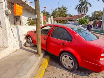 Se Estrelló; Culpó al Auto