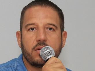 Víctor Bernal Alza la Mano por el Grupo Vallarta