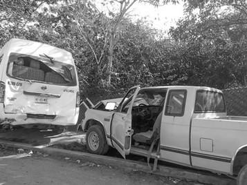 Dos Heridos en Choque de Taxi con Camioneta