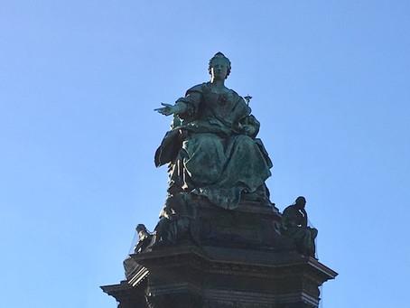 美術史美術館前の広場からウィーン旧市街を見守るマリア・テレジア像