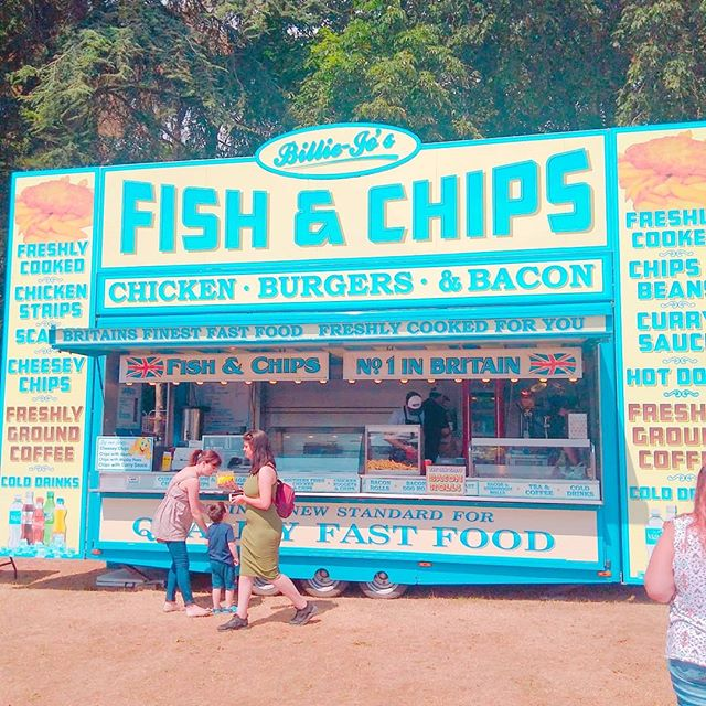 Love the colours of this fish and chip stand!! ._._