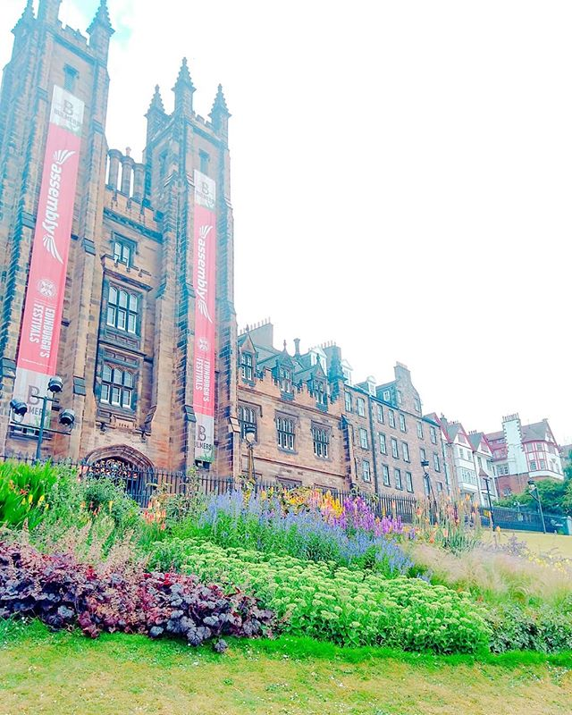 Here, _schoolsoutletsgo have some architectural photos of Edinburgh. ._._