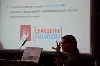 Clara Cruz Niggebrugge (ESERO Administrator)  erläutert das Bildungsprogramm der ESA.  Foto: Spacebenefit (CC BY-NC 3.0 DE)
