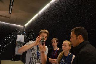 Während der Poster-Session beim DLR erklärt  Christian Staudigl vom Team spaceclub_berlin  Jury-Mitglied Dr. Ertan Göklü den Berliner CanSat. Foto: Spacebenefit (CC BY-NC 3.0 DE)