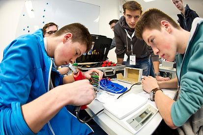 Das Team SkyProject aus Rotenburg bei der Vorbereitung des Statelliten für den Start.   Foto: DLR (CC BY 3.0 DE)