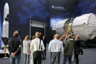 ... weitere Stationen waren die Integrationshallen  von Airbus D & S (siehe Foto) und von OHB. Foto: © Airbus Defence and Space 2014
