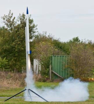 Mit einer Rakete werden die CanSats auf  eine Höhe von ca 1.000 Metern geschossen.  Foto: DLR (CC BY 3.0 DE)