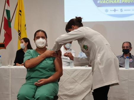 Técnica de Enfermagem é a primeira colaboradora do Hospital Imigrantes a receber a vacina da Covid-1