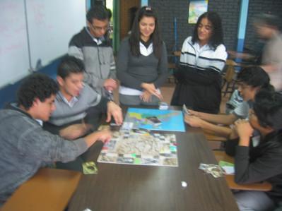 jovenes jugando.JPG