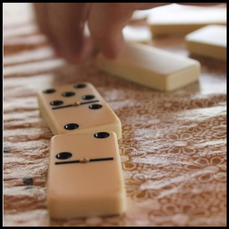 Peças de dominó em cima da mesa e uma jogada