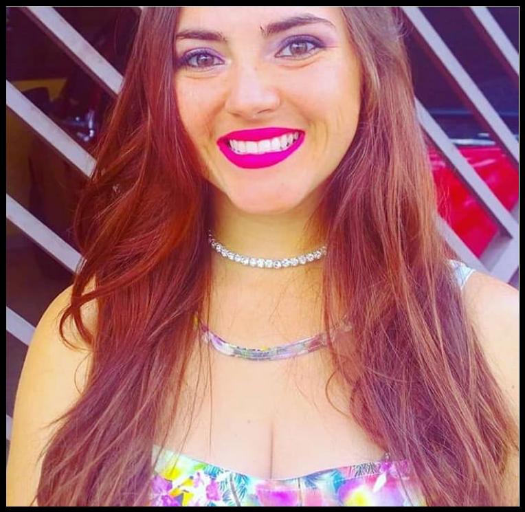 Menina sorrindo ruiva com batom pink e vestido florido