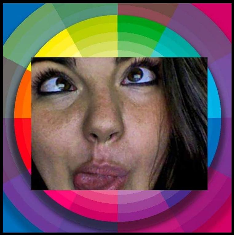 Minha foto selfie mostrando a língua e careta olhando para um círculo recheado de cores.