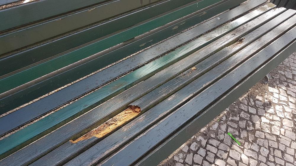 kaputte Parkbänke Unter den Linden Berlin