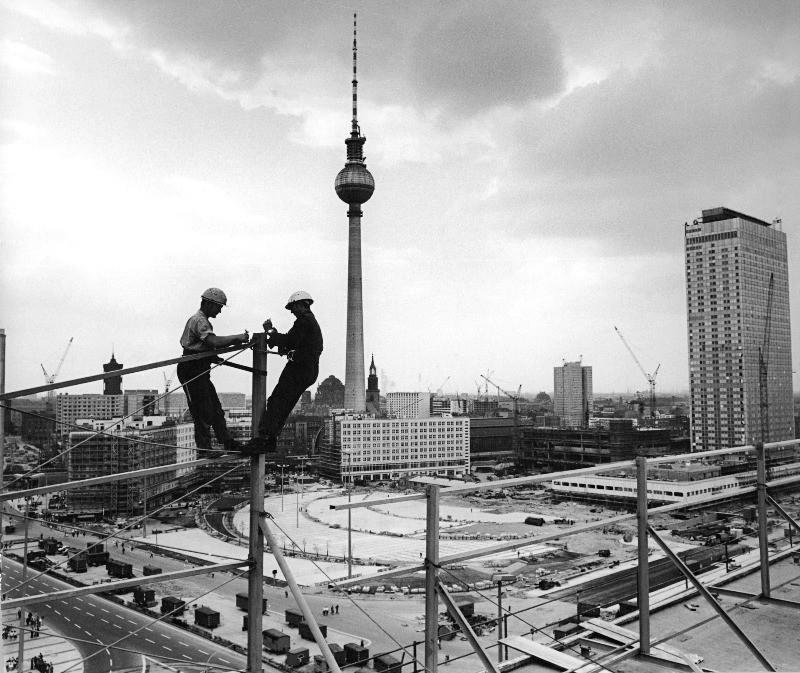 Bauarbeiter bei Montagearbeiten