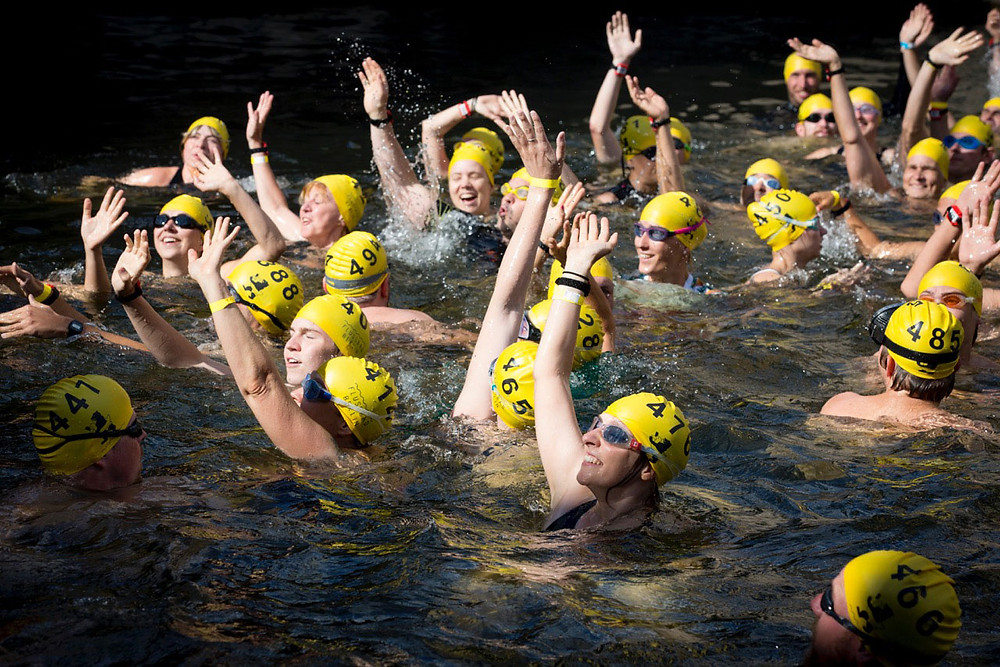 Zum Flussbad-Pokal schwimmen regelmäßig Sympathisanten in der Spree. Foto: Axel Schmidt
