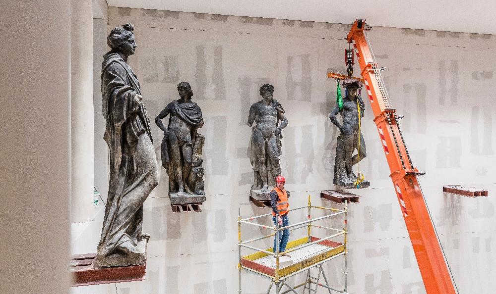 Transport und Aufstellen der Schlüter Figuren ins Humboldt Forum im Berliner Schloss. Foto: David von Becker