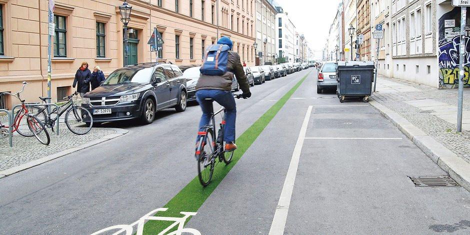 Mit einem grünen Strich wird die Fahrradstraße markiert.