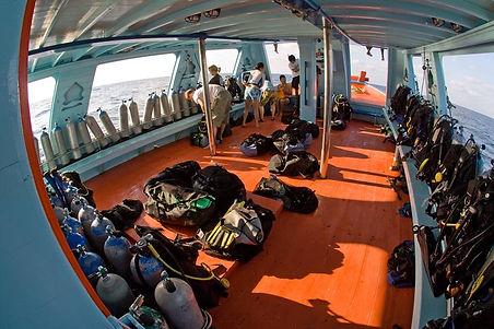 Tauchausrüstung auf Tauchboot