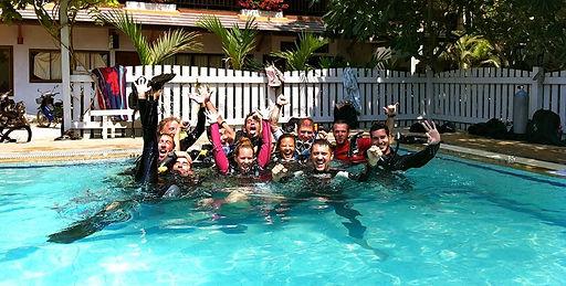 PADI Divemaster Training im Pool der Tauchschule