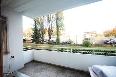 Gut gelegen in Spandau: Hochparterre mit Balkon und Tageslichtbad