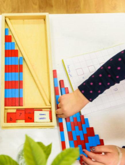 petite-fille-utilisant-tiges-bois-peinte