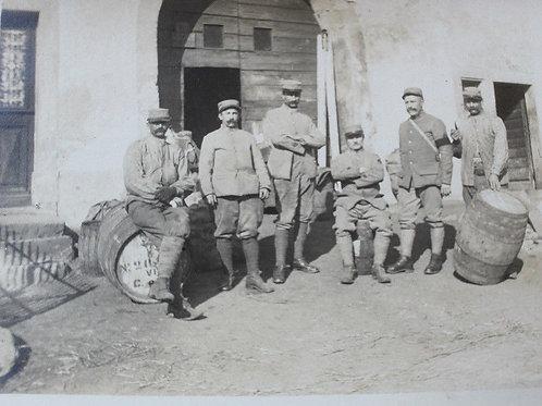 CPA photo groupe de poilus au repos scène de vie Guerre Tonneau de vin
