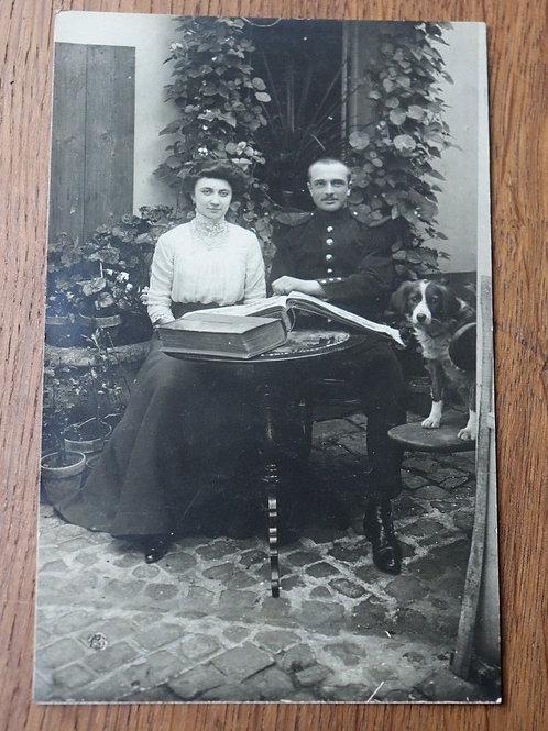 Photo ancienne CPA couple élégant et chien mode 1900 livre