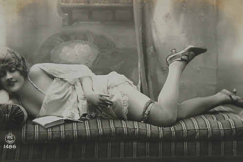 CPA photo rétro 1920 Lectrice femme nue