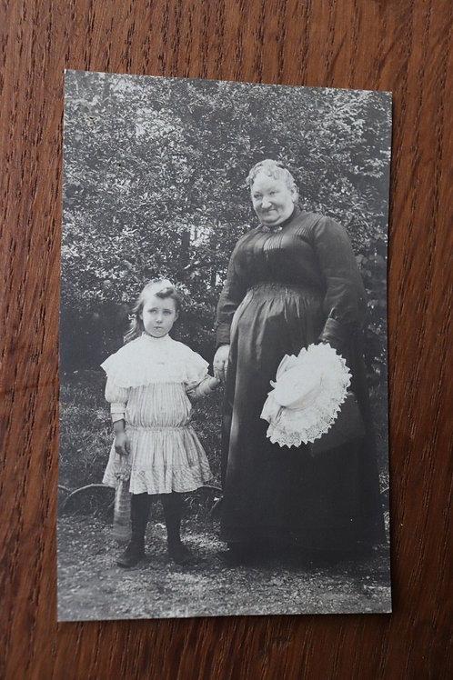 Photo ancienne CPA Vieille femme et enfant robe mode