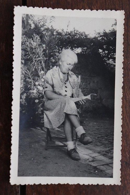 Photo vintage vers 1950 vieille femme Jardin Lectrice