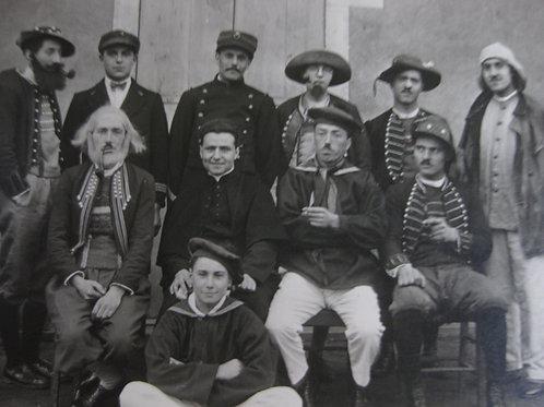 Photo ancienne troupe théâtre ou carnaval hommes costumés
