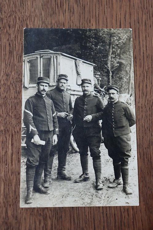 CPA Photo Groupe soldats militaires lettre Poilus 1915 voiture à cheval guerre