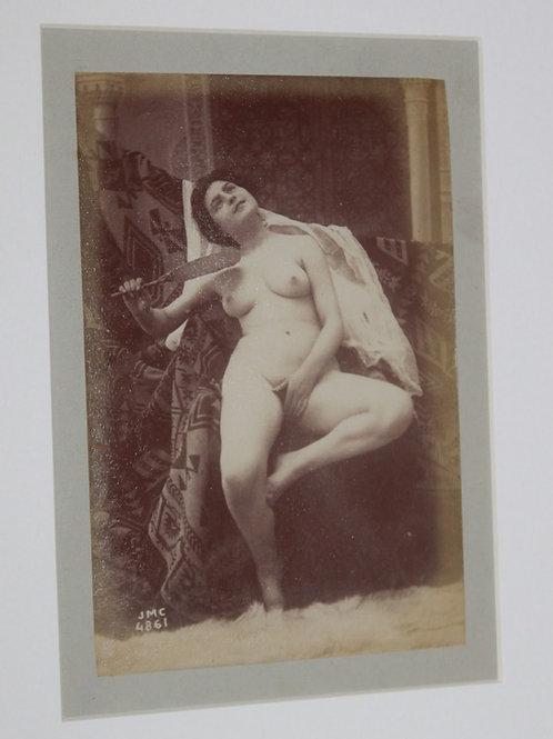 Nu à l'éventail (vers 1880-1890). Très beau tirage albuminé contrecollé