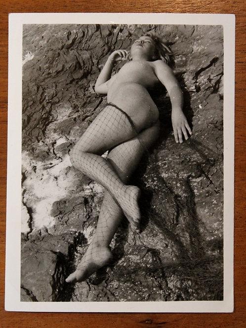 Photographie érotique (vers 1975). Sirène dans les filets ...