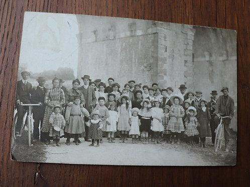 CPA Photo 1911 groupe d'enfants et hommes en vélo